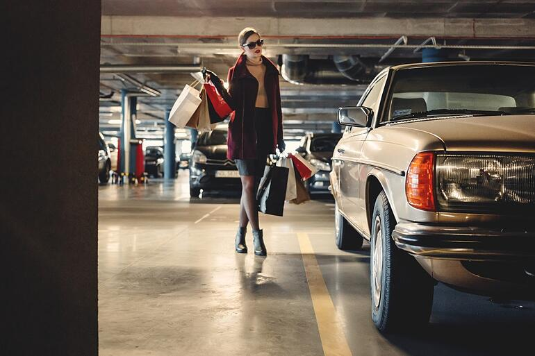 woman-shopping-car