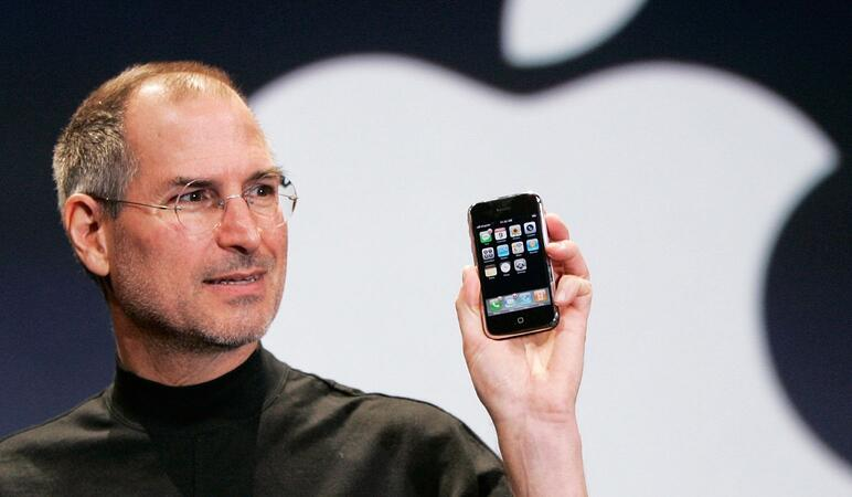 Steve Jobs holding the first iPhone 2007