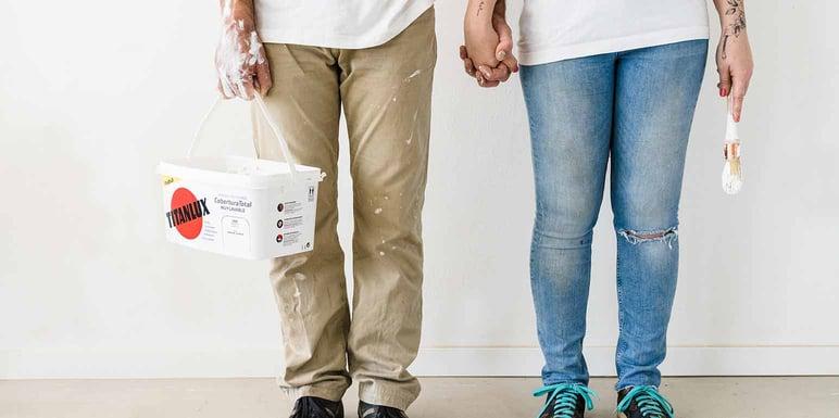 Personas con lata de pintura del catálogo Titanlux